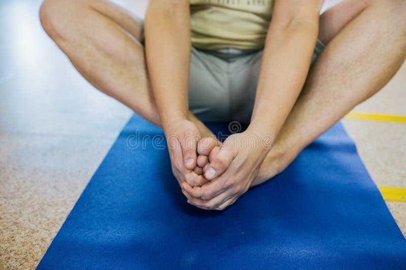 Sportieve jonge mens die yogapraktijk doen Lotus stelt Geestelijk en lichaamsbewegingconcept Brede die Hoeklens door Lens GLB in  royalty-vrije stock afbeelding