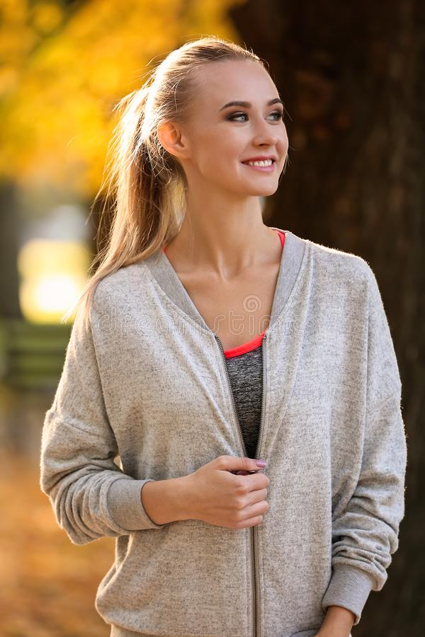 Sportieve jonge vrouw in de herfstpark stock foto