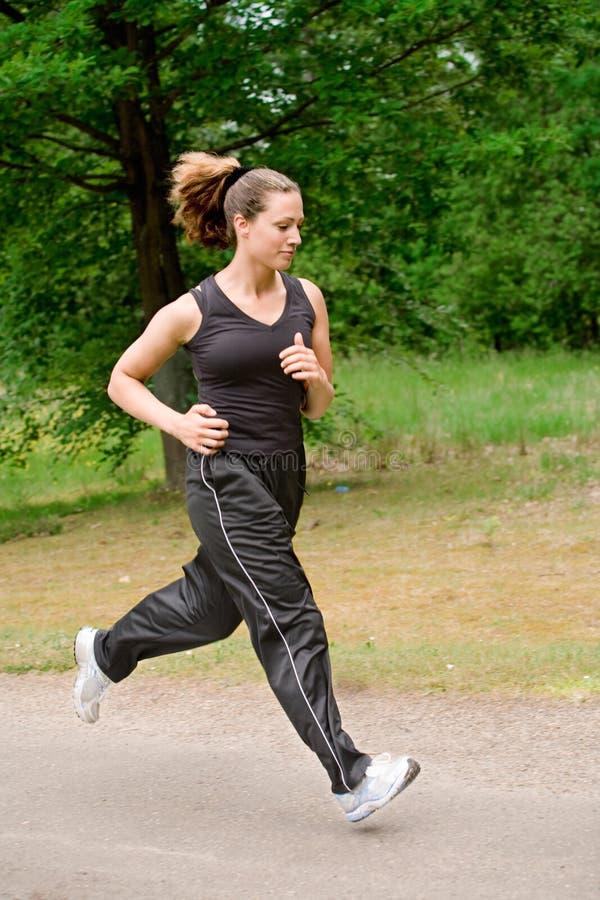 Sportieve Jonge Vrouw Die Over Een Meest Forrest Weg Loopt Stock Foto