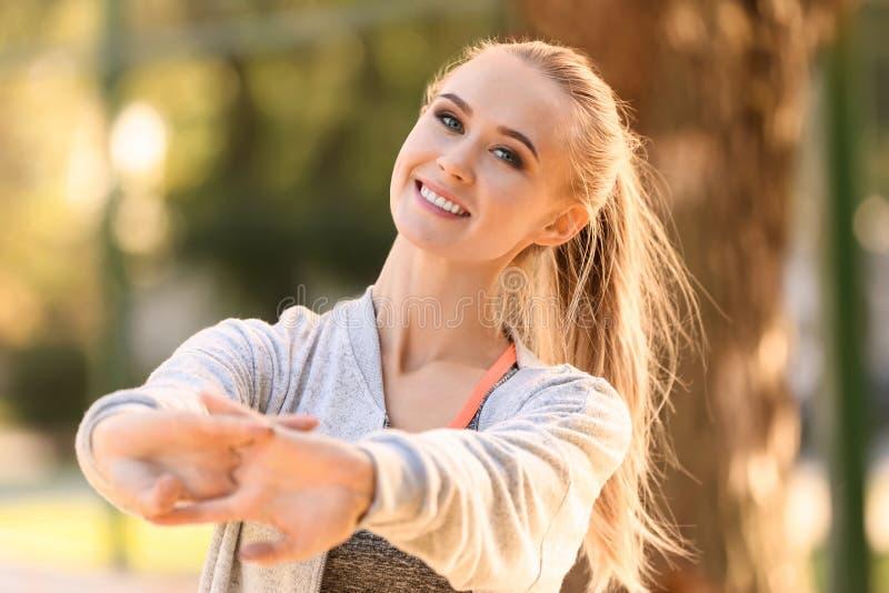 Sportieve jonge vrouw opleiding in de herfstpark stock foto