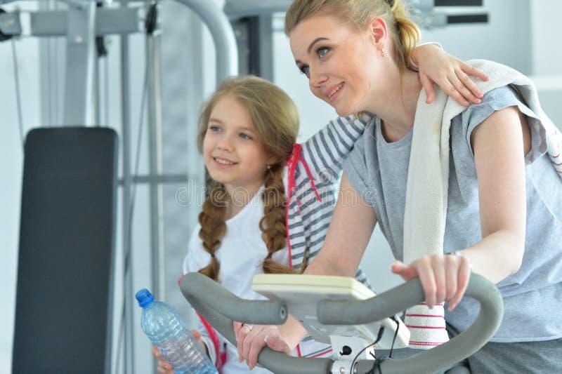 Sportieve jonge vrouw opleiding met tienerdochter stock fotografie