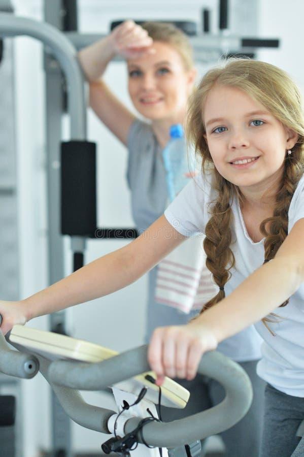 Sportieve jonge vrouw opleiding met tienerdochter royalty-vrije stock fotografie