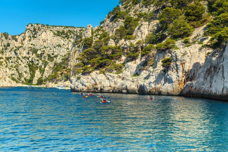 Sportieve kayakers in de rotsachtige baai, het Nationale Park van Calanques, Frankrijk royalty-vrije stock afbeeldingen