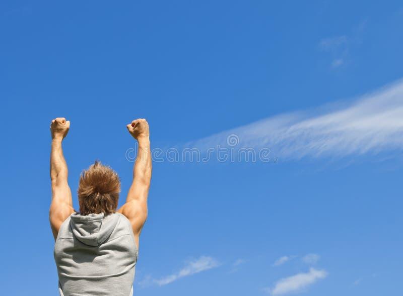 Sportieve Kerel Met Zijn Wapens Die In Vreugde Worden Opgeheven Royalty-vrije Stock Foto
