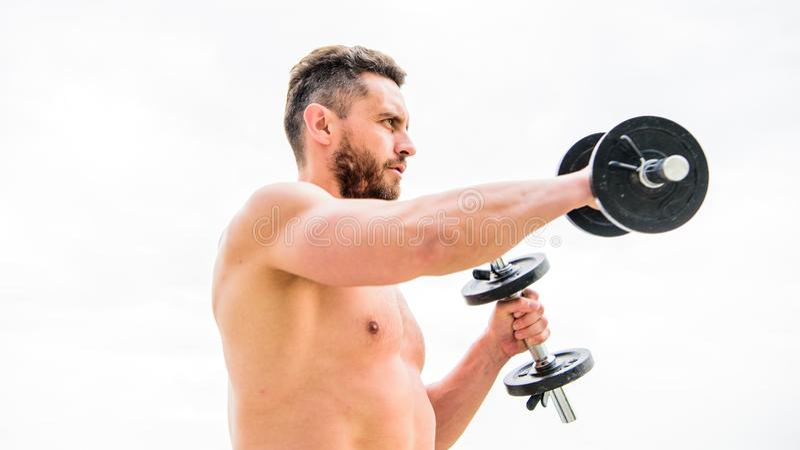 Sportieve knap Succes Perfecte Bicepsen Atletisch lichaam Domoorgymnastiek Fitness en sportmateriaal mensensportman met stock afbeeldingen