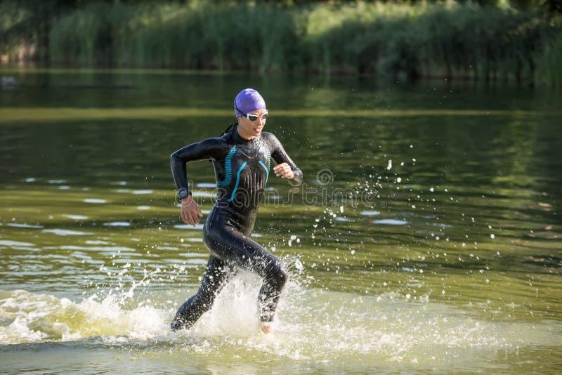 Sportieve meisjeslooppas op het water royalty-vrije stock fotografie