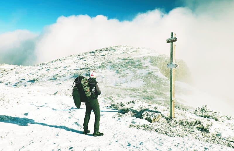 Sportieve mens bij berg het piek kijken op bergvallei royalty-vrije stock afbeeldingen