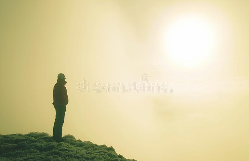 Sportieve mens bij berg het piek kijken op bergvallei stock fotografie