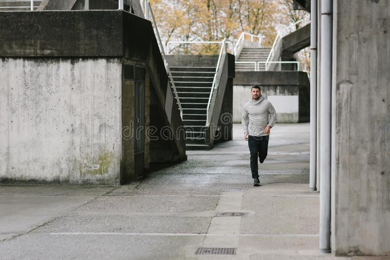 Sportieve mens die in de herfst lopen stock foto