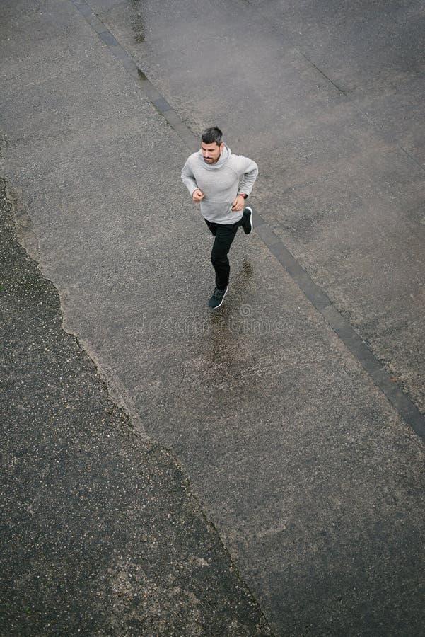 Sportieve mens die in de winter lopen royalty-vrije stock afbeelding