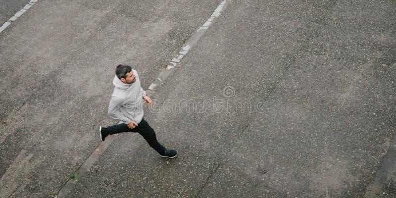 Sportieve mens die in de winter lopen stock afbeelding