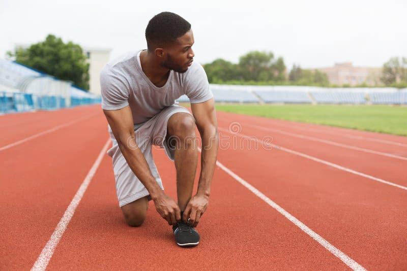 Sportieve mens die voor looppas voorbereidingen treffen stock afbeeldingen