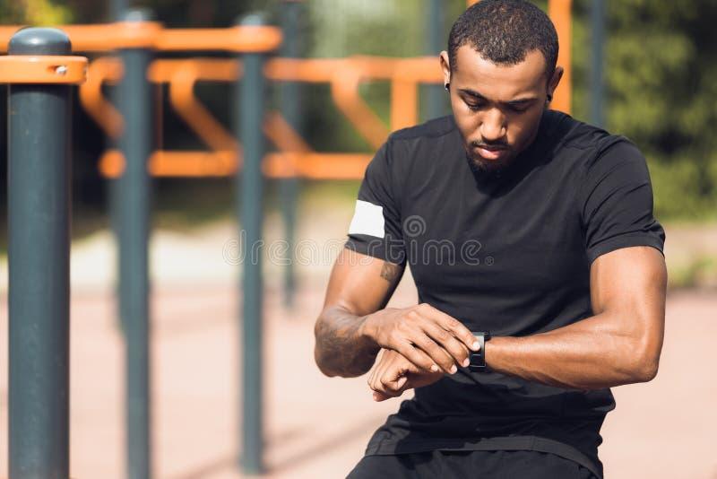 Sportieve Mens die Zijn Prestaties controleren op Geschiktheid Smartwatch royalty-vrije stock fotografie