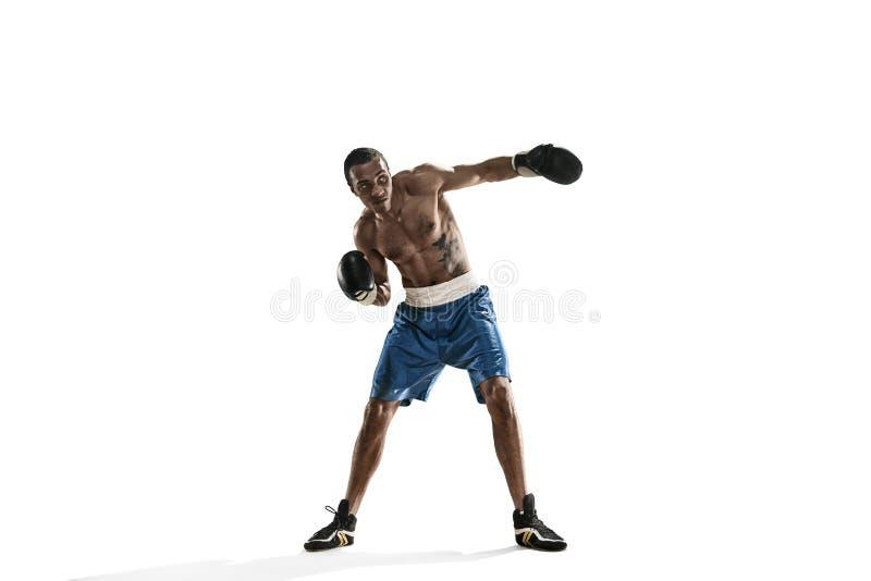 Sportieve mens tijdens het in dozen doen oefening die geraakt maken Foto van bokser op witte achtergrond stock afbeelding