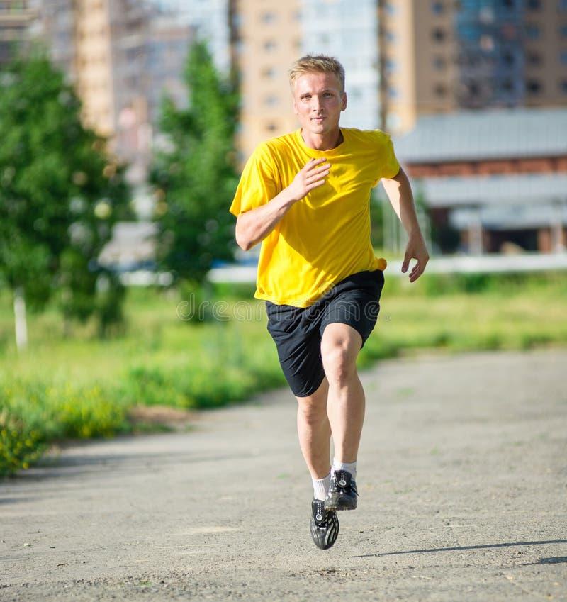 Sportieve mensenjogging in het park van de stadsstraat openlucht royalty-vrije stock afbeelding