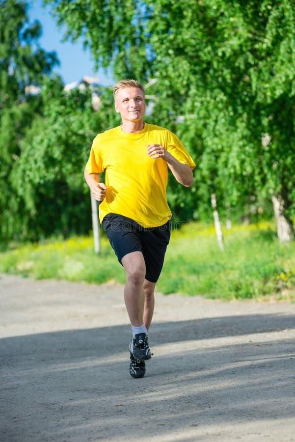 Sportieve mensenjogging in het park van de stadsstraat openlucht stock afbeeldingen