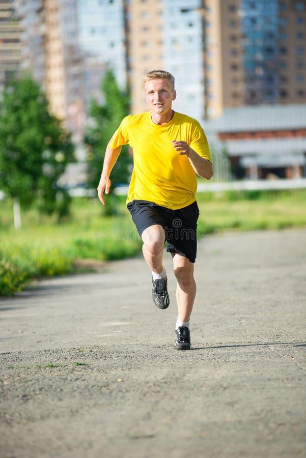 Sportieve mensenjogging in het park van de stadsstraat openlucht royalty-vrije stock afbeeldingen