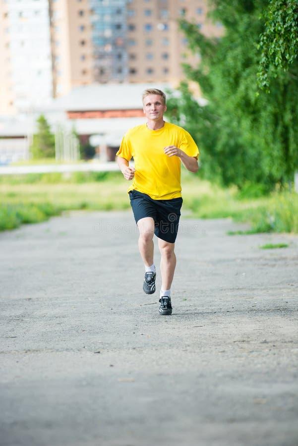 Sportieve mensenjogging in het park van de stadsstraat openlucht stock afbeelding