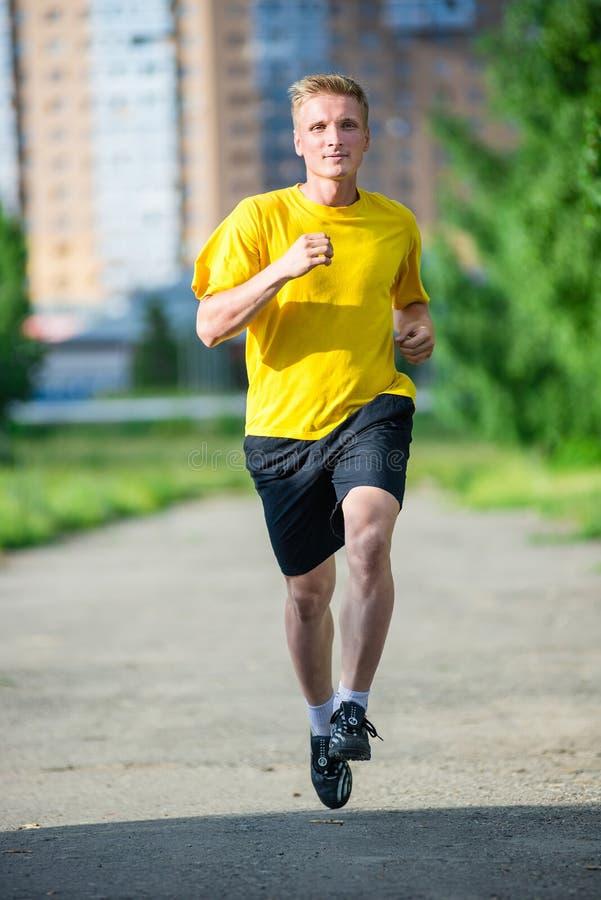 Sportieve mensenjogging in het park van de stadsstraat Openlucht Geschiktheid royalty-vrije stock fotografie