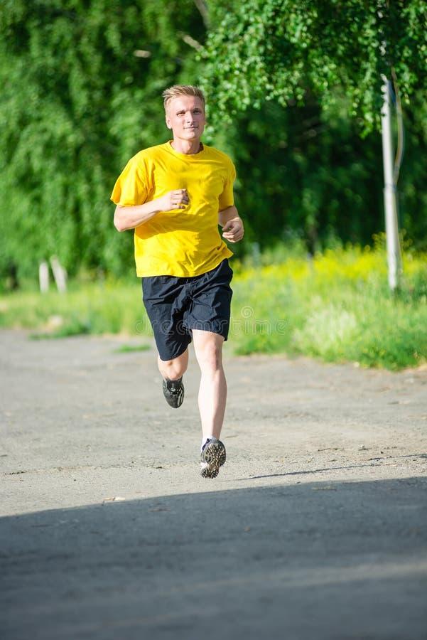 Sportieve mensenjogging in het park van de stadsstraat Openlucht Geschiktheid royalty-vrije stock foto