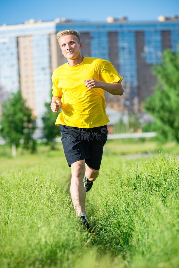 Sportieve mensenjogging in het park van de stadsstraat Openlucht Geschiktheid stock afbeelding