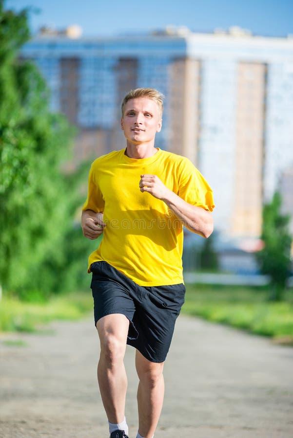 Sportieve mensenjogging in het park van de stadsstraat Openlucht Geschiktheid stock foto