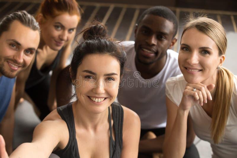 Sportieve multiraciale vrienden die groeps selfie holding nemen die a kijken stock fotografie