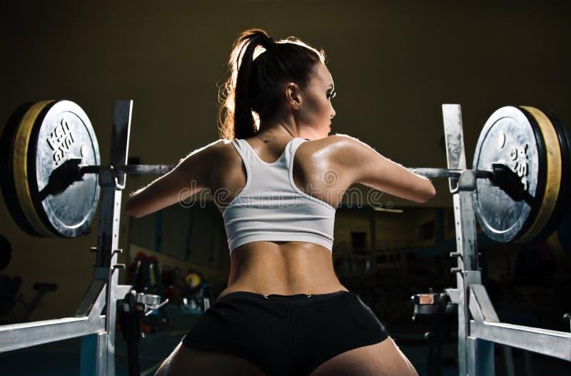 Sportieve sexy vrouw in gymnastiek royalty-vrije stock foto's