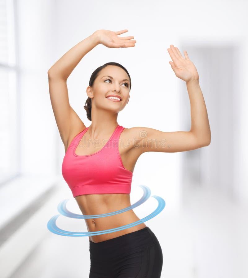 Sportieve vrouw in aërobe of dansbeweging stock foto