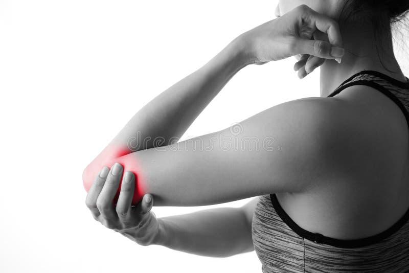 Sportieve vrouw die aan elleboogpijn lijden die op witte backgro wordt geïsoleerd royalty-vrije stock foto