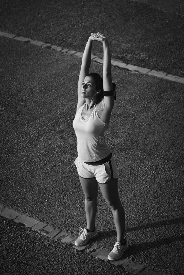Sportieve vrouw die het ontspannen doen en oefening ademen stock foto