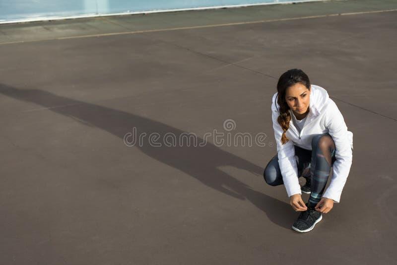 Sportieve vrouw die klaar voor geschiktheidstraining worden stock foto