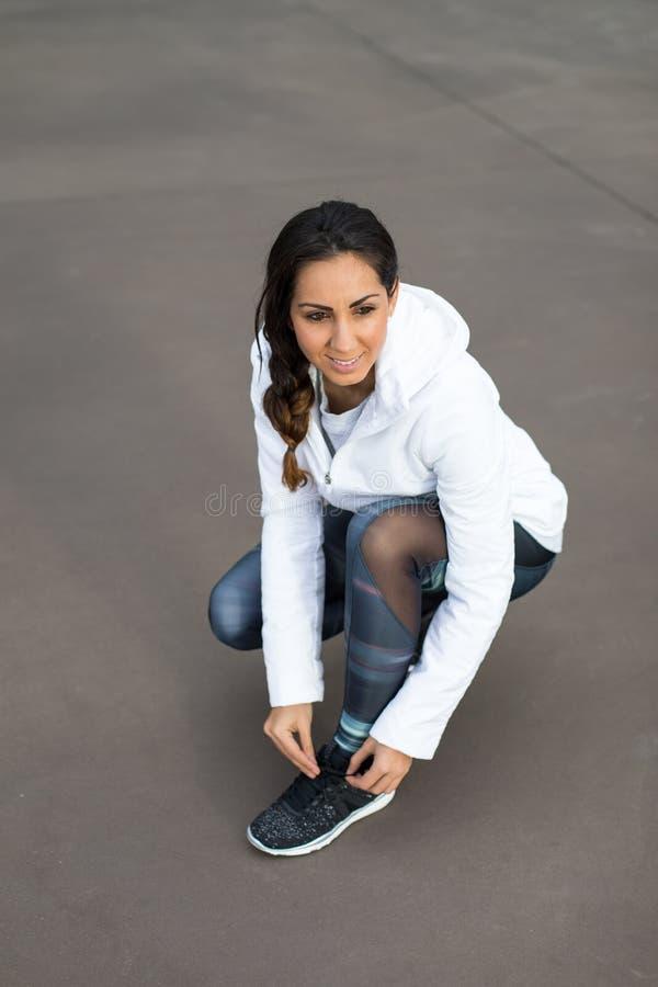 Sportieve vrouw die klaar voor geschiktheidstraining worden stock foto's