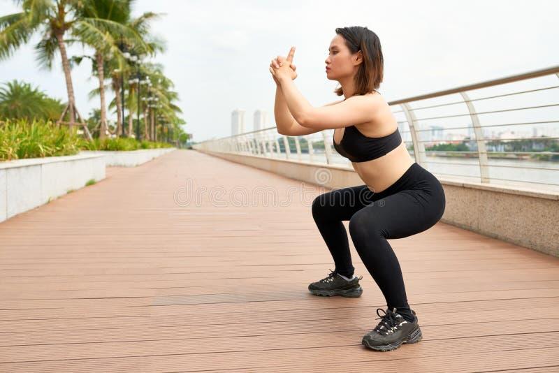 Sportieve vrouw die op straat uitwerken royalty-vrije stock fotografie
