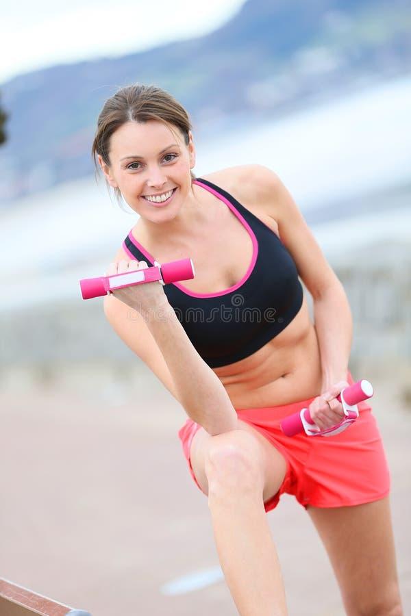 Sportieve vrouw die in openlucht uitwerken royalty-vrije stock afbeelding