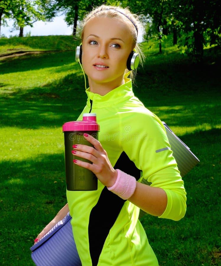 Sportieve vrouw in een park royalty-vrije stock foto's
