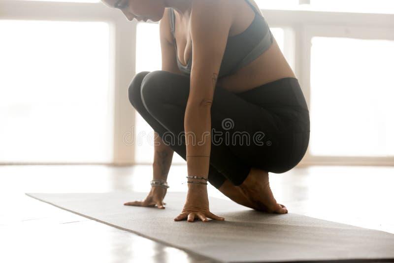 Sportieve vrouw het praktizeren yoga, doend been en voetoefening stock afbeelding