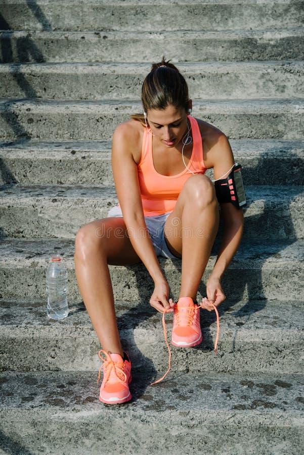 Sportieve vrouw klaar voor opleiding en het lopen royalty-vrije stock fotografie