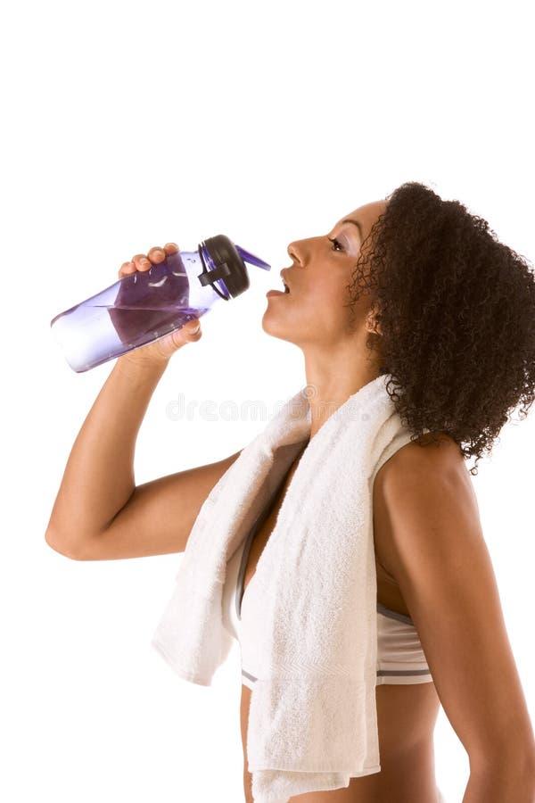 Sportieve vrouw met fles van water en handdoek royalty-vrije stock afbeelding