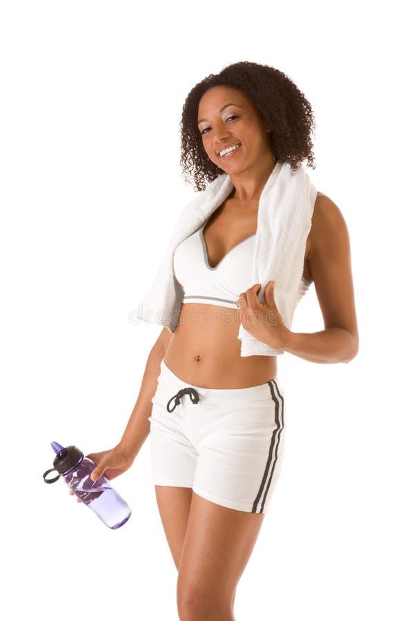 Sportieve vrouw met fles van water en handdoek stock afbeeldingen