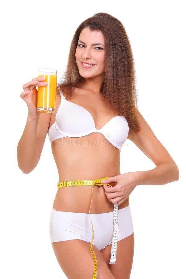sportieve vrouw met maatregel en glas jus d'orange royalty-vrije stock foto's