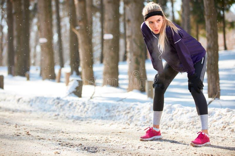 Sportieve vrouw op onderbreking na het lopen royalty-vrije stock foto's