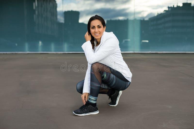 Sportieve vrouw op stedelijke geschiktheids openluchttraining royalty-vrije stock afbeelding