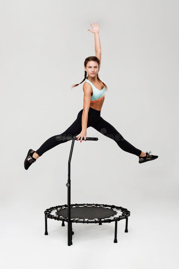Sportieve vrouw opleiding op rebounder die klaar voor de concurrentie worden royalty-vrije stock foto's