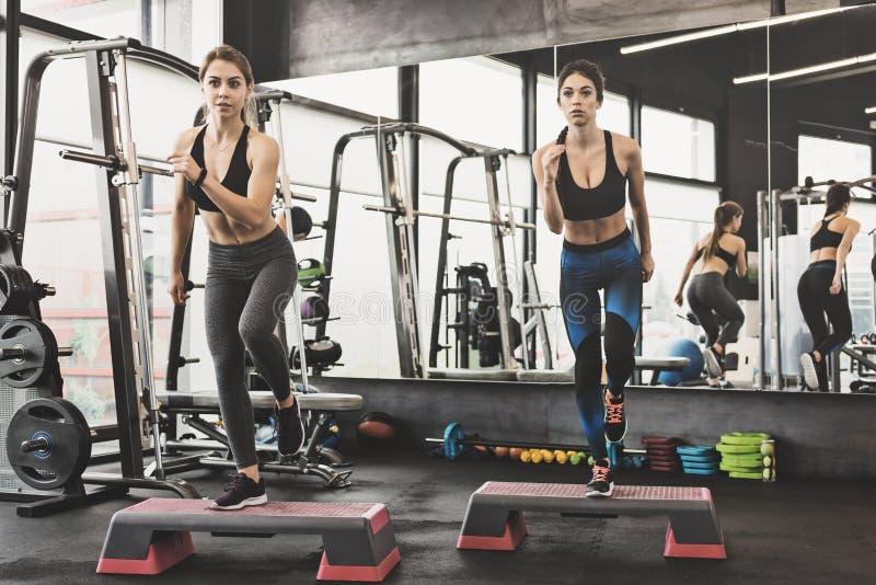 Sportieve vrouwen die stapaerobics maken royalty-vrije stock foto's