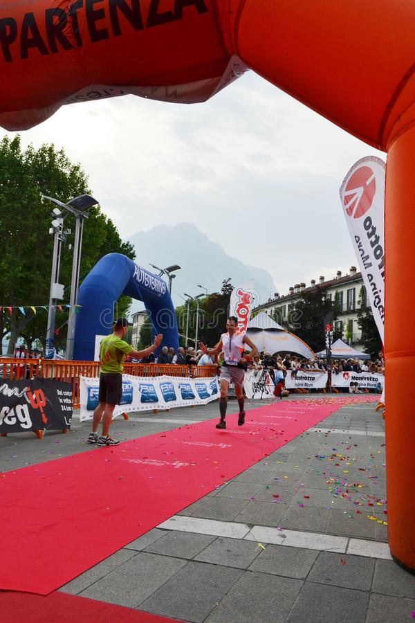"""Sportif arrivant à la finition """"ville de Lecco - d'événement courant de marathon de montagne de Resegone """" photo libre de droits"""