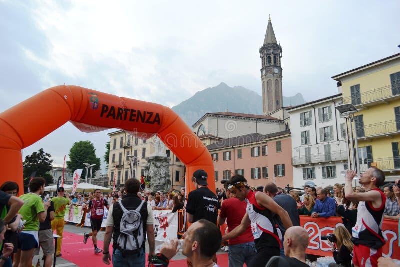 """Sportif arrivant à la finition """"ville de Lecco - d'événement courant de marathon de montagne de Resegone """" images stock"""