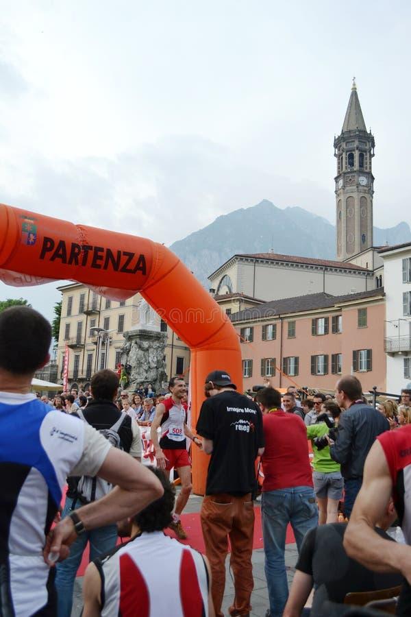 """Sportif arrivant à la finition """"ville de Lecco - d'événement courant de marathon de montagne de Resegone """" photos libres de droits"""