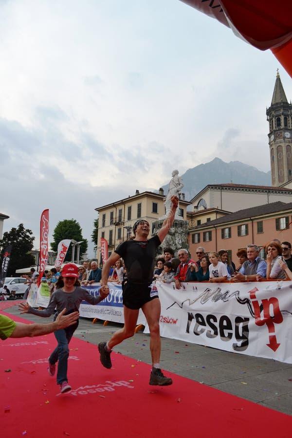 """Sportif arrivant à la finition """"ville de Lecco - d'événement courant de marathon de montagne de Resegone """" images libres de droits"""