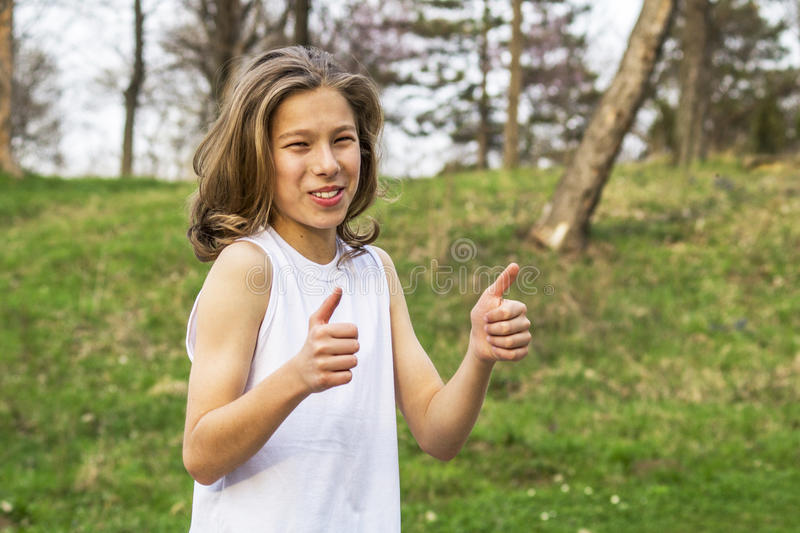 Sportif de l'adolescence montrant le signe correct photo stock